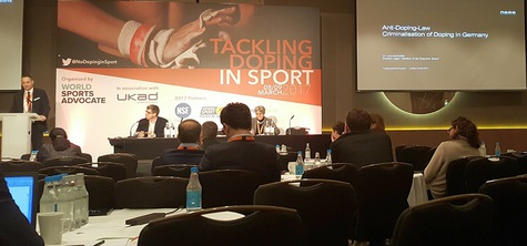 Dr. Lars Mortsiefer von der NADA bei seinem Vortrag zum deutschen Anti-Doping-Gesetz (v.l.n.r.: Dr. Lars Mortsiefer, NADA-Vorstand; Owen Gibson, The Guardian; Hilary Findlay, Brock University)